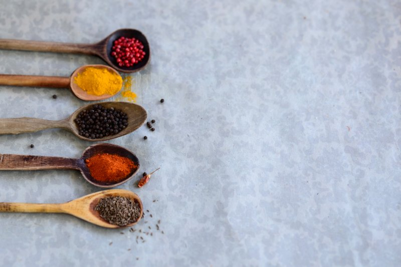 rosa Pfeffer, Curry, schwarzer Pfeffer, Paprikapulver, Kümmel