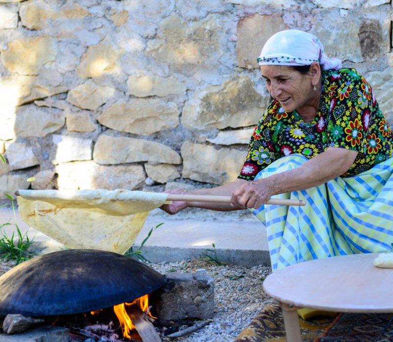 türkisches Fladenbrot Pide über Feuer gebacken