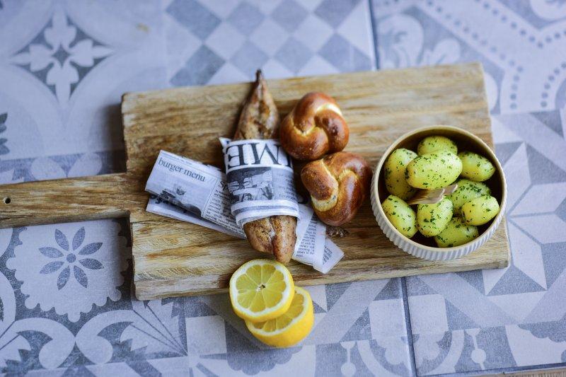geräucherte Pfeffermakrele, Petersilien-Kartoffeln, Laugenknopf
